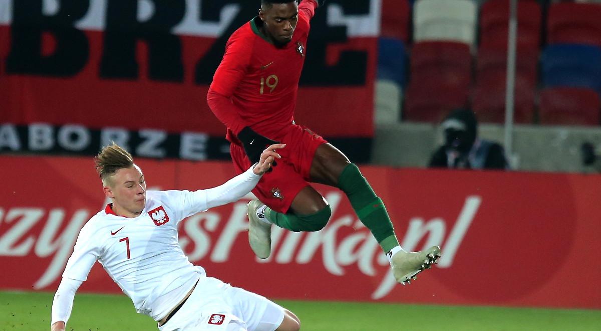 2b6c4a594 Szymon Żurkowski walczy o piłkę z Portugalczykiem Heriberto Tavaresem