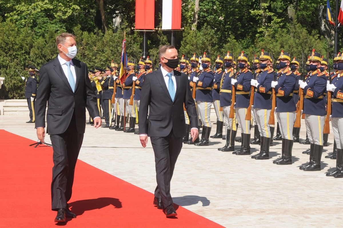Polish President Andrzej Duda (right) and his Romanian counterpart Klaus Iohannis (left) meet in Bucharest on Monday.