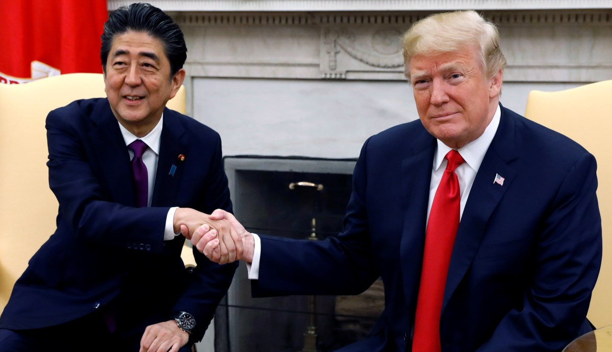 Shinzo Abe (z lewej) i Donald Trump