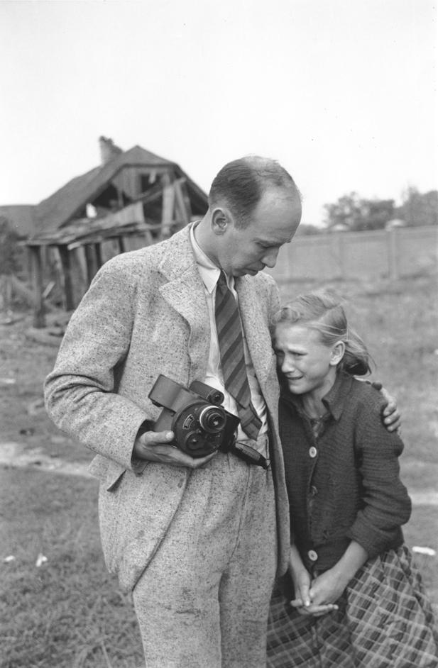 Julien Bryan pociesza Kazimierę Mikę, której starsza siostra zginęła z rąk niemieckich lotników, 13 września 1939. Wikimedia Commons/dp