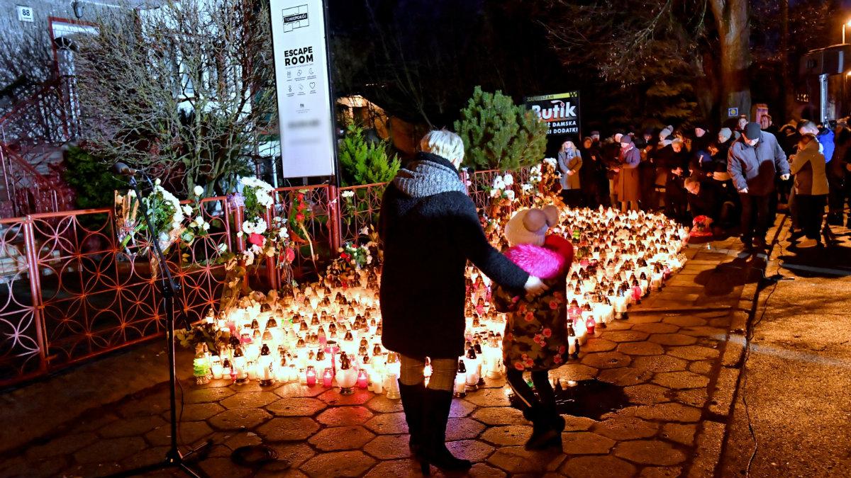 Mieszkańcy Koszalina składają kwiaty i zapalają znicze na miejscu tragedii