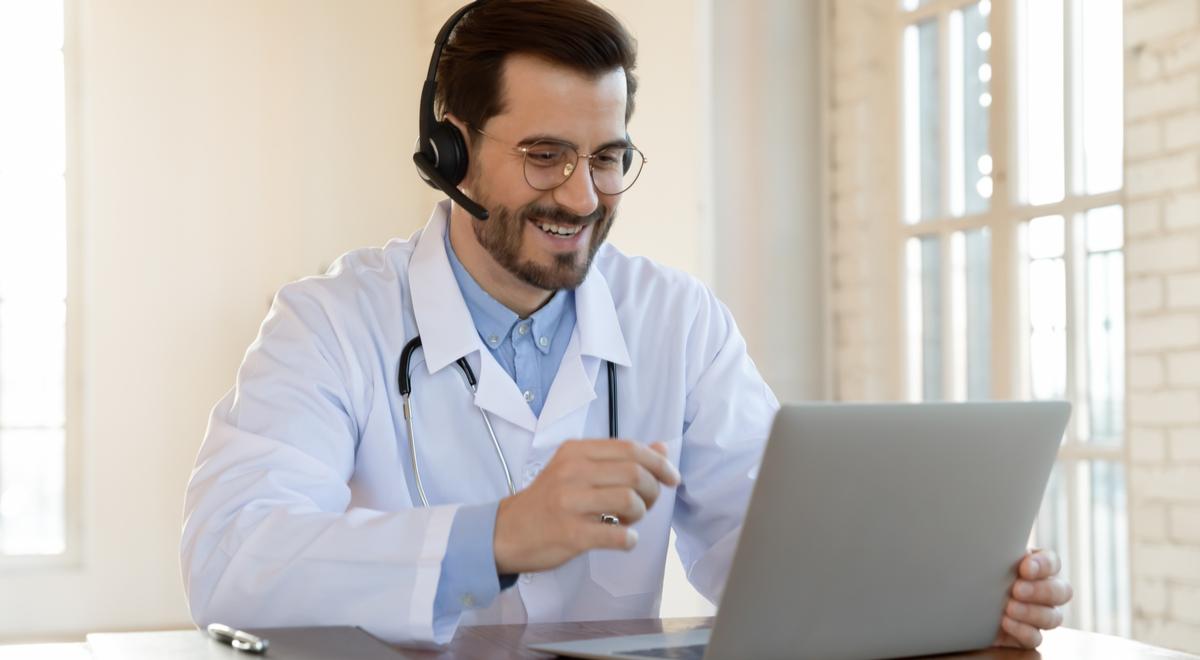 lekarz media społecznościowe shutter 1200 fizkes.jpg