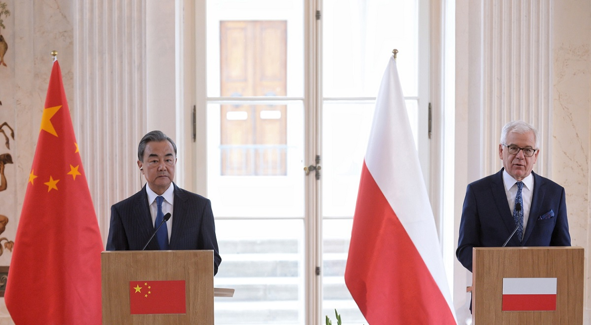Polands Jacek Czaputowicz (right) and Chinas Wang Yi (left) meet in Warsaw on Monday.
