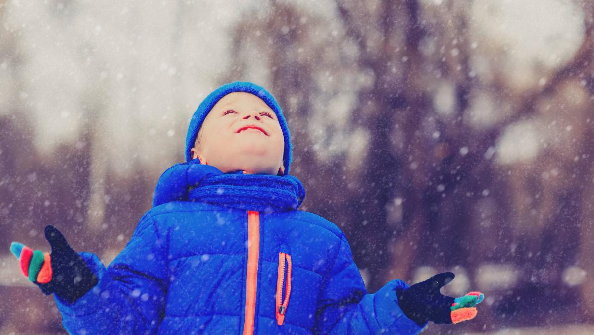 zima dziecko śnieg shutterstock_522464659 1200.jpg