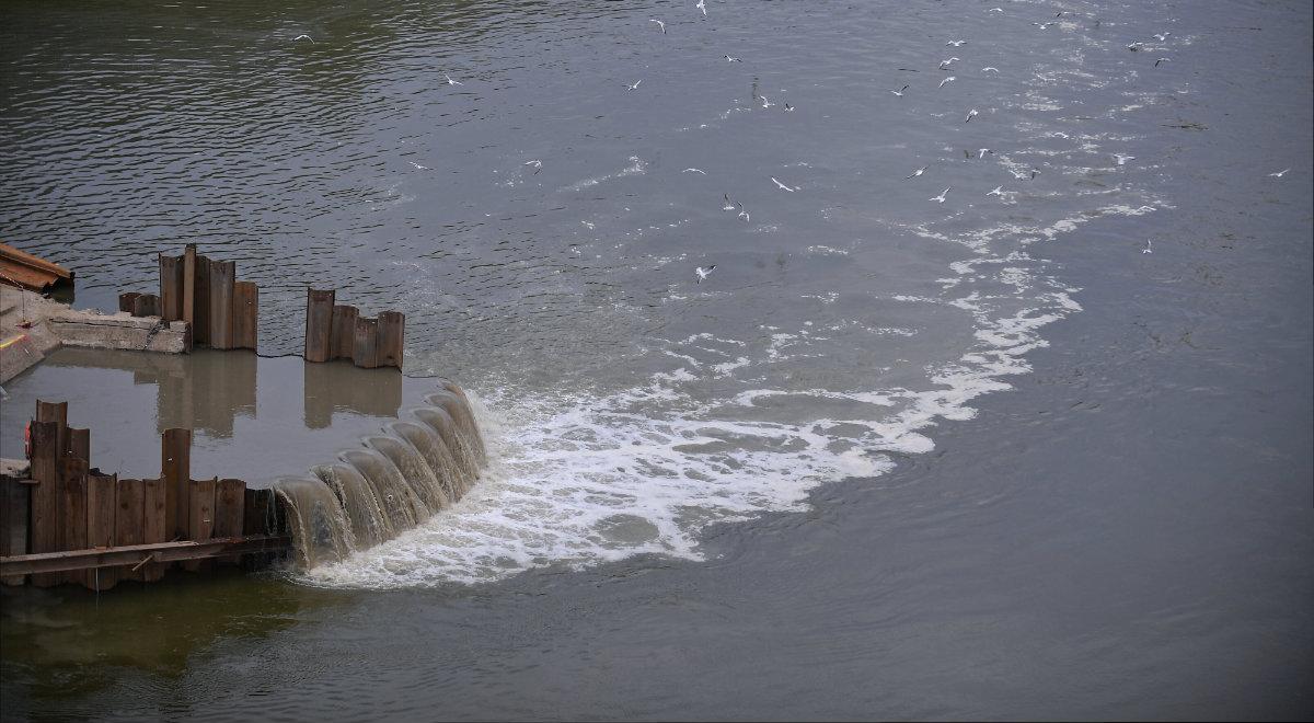 Zbiornik gromadzący ścieki w pobliżu budowy mostu pontonowego przez Wisłę w Warszawie