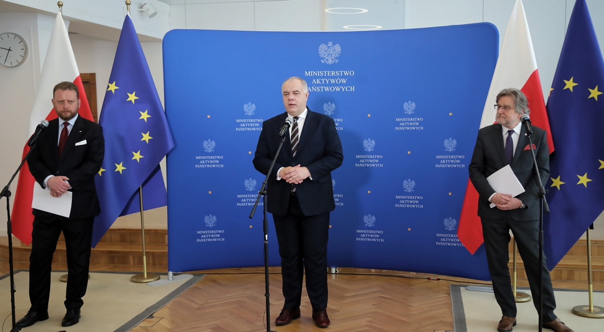 Polands Deputy Prime Minister and State Assets Minister Jacek Sasin (centre) speaks at a joint news conference with Health Minister Łukasz Szumowski (left) and Chief Sanitary Inspector Jarosław Pinkas (right), in Warsaw on Monday.