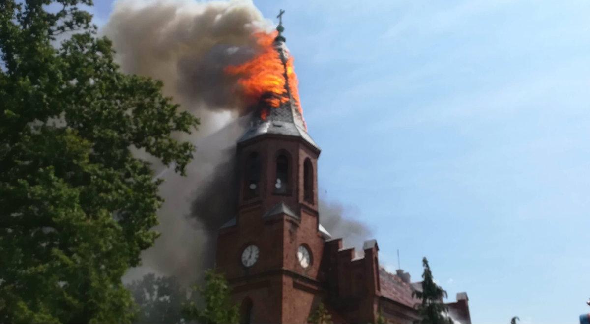 Płonąca wieża kościoła w miejscowości Lutol Suchy w województwie lubuskim