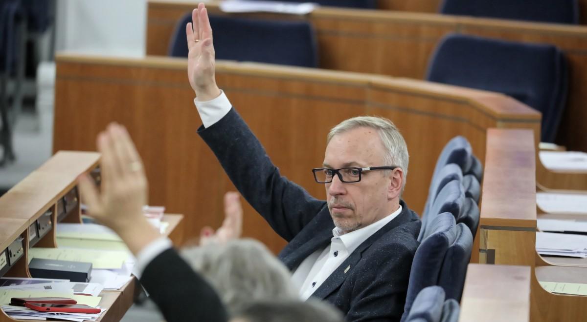 Bogdan Zdrojewski w czasie głosowania w Senacie