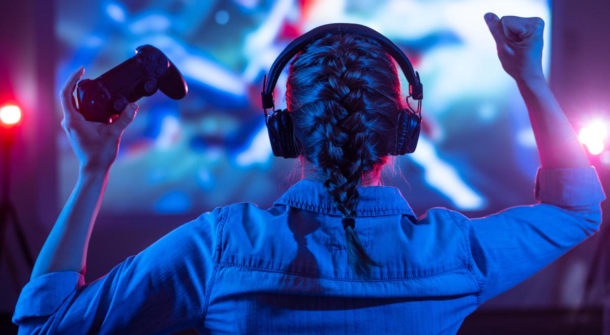 shutterstock Anton27 dziewczyna gracz konsola gaming 1200.jpg