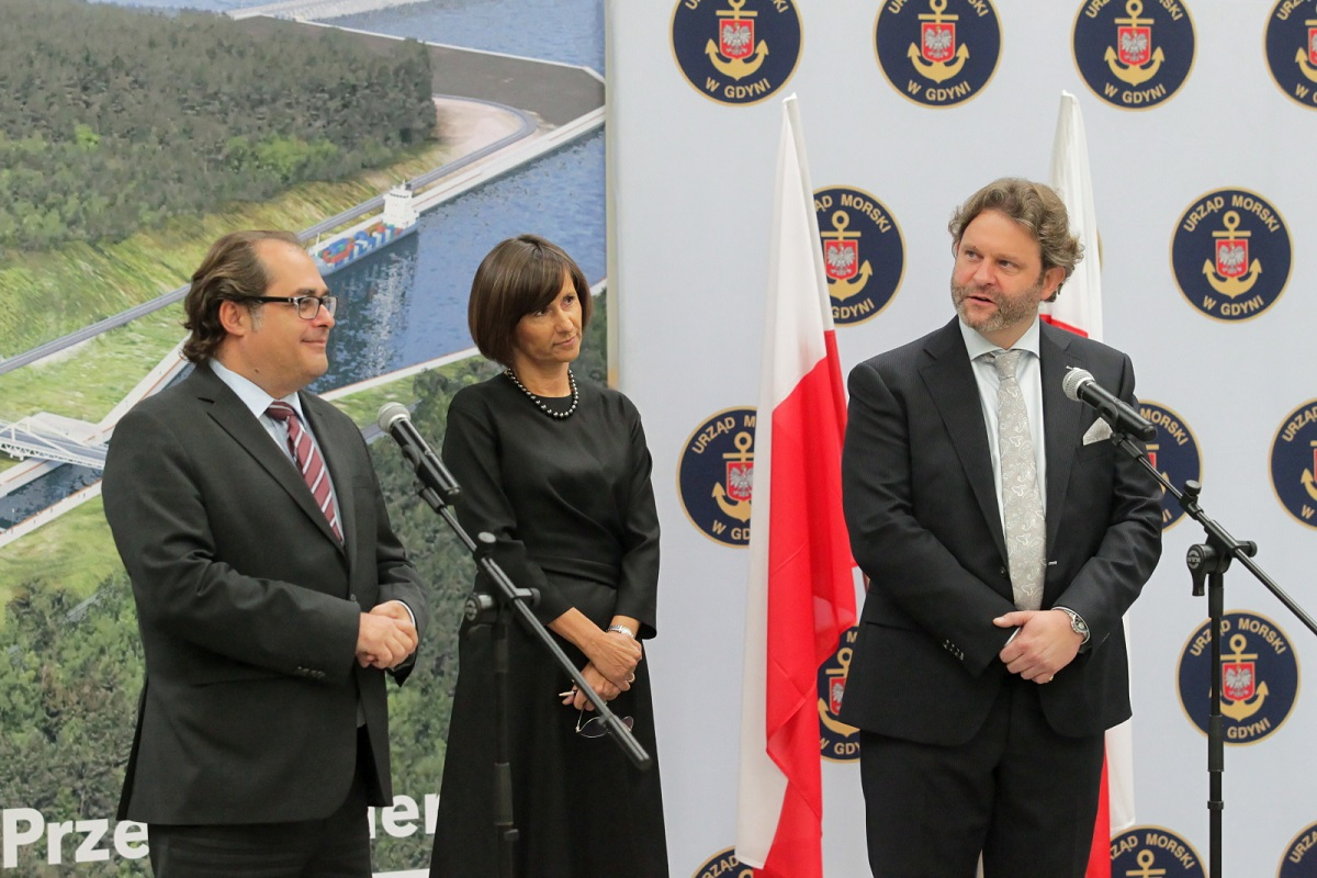 Polands Maritime Economy and Inland Navigation Minister Marek Gróbarczyk (left) with Małgorzata Winiarek-Gajewska, CEO of the NDI company, and Nic de Roeck, Area Manager International for Europe at Besix, during the signing ceremony in the northern Polish city of Elbląg on Friday.