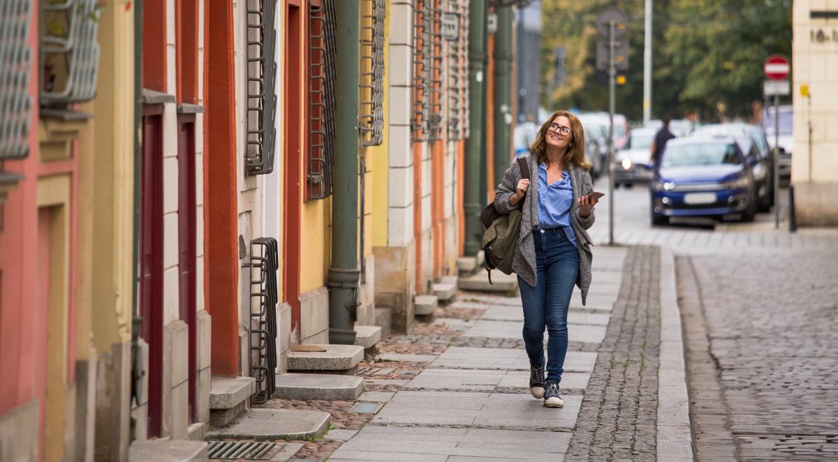kobieta miasto spacer 1200.jpg