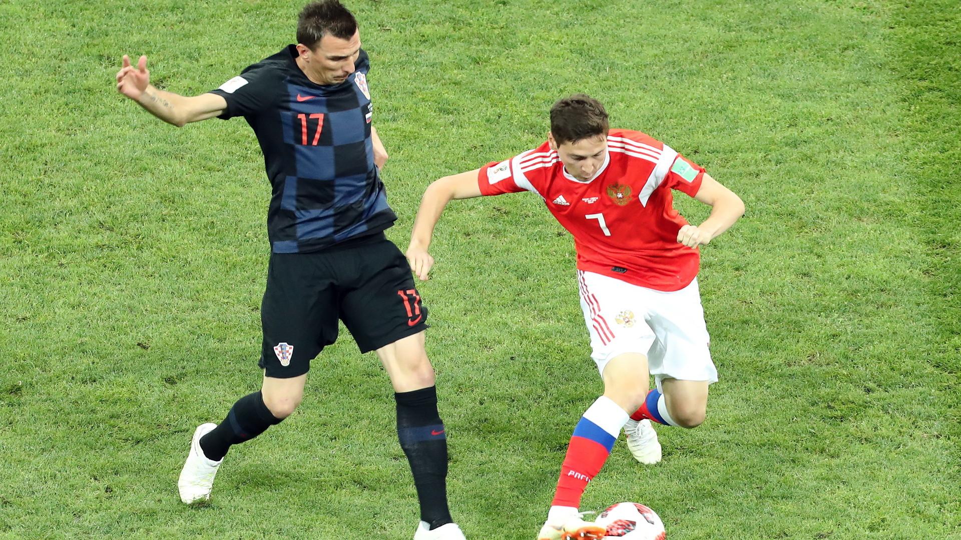 be1c7644a O piłkę walczą Chorwat Mario Mandzukić (z lewej) i Rosjanin Daler Kuzjajew