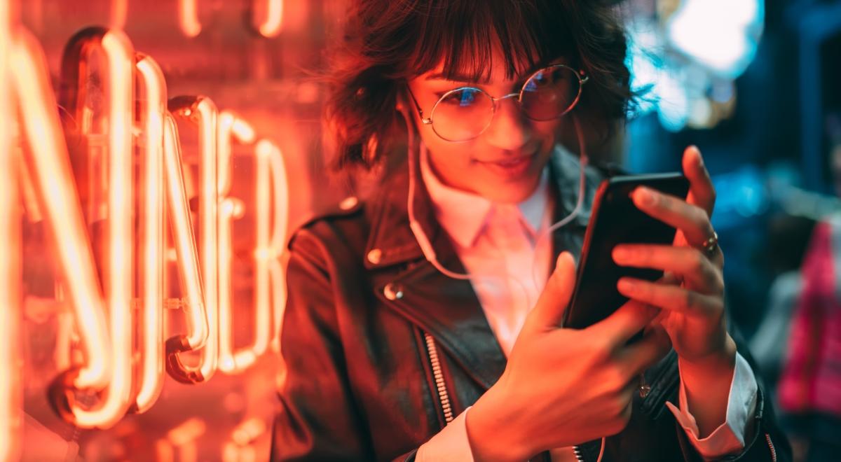 telefon słuchawki dziewczyna shutterstock 1200.jpg
