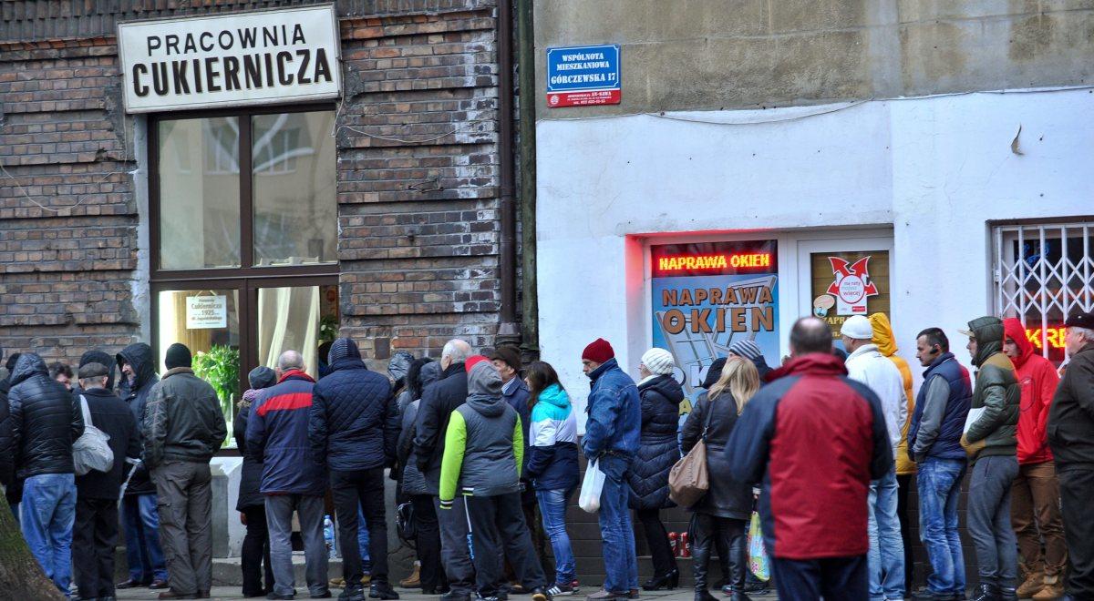 2dec5e6b Kolejka po pączki przed Pracownią Cukierniczą Zagoździński przy ul.  Górczewskiej w Warszawie