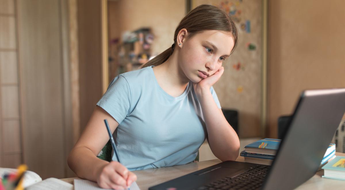 nastolatek dziewczyna nauka zdalna dom 1200.jpg