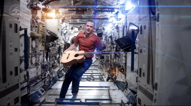 Chris Hadfield śpiewa Space oddity