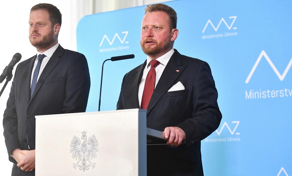 Polish Health Minister Łukasz Szumowski (right) and Deputy Health Minister Janusz Cieszyński (left) brief reporters during a news conference in Warsaw on Thursday.