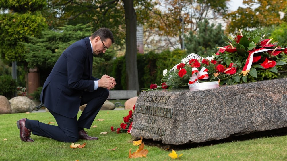 Prime Minister Mateusz Morawiecki prays at the grave of the Blessed Father Jerzy Popiełuszko in Warsaw on Saturday. Photo: twitter.com/premierRP