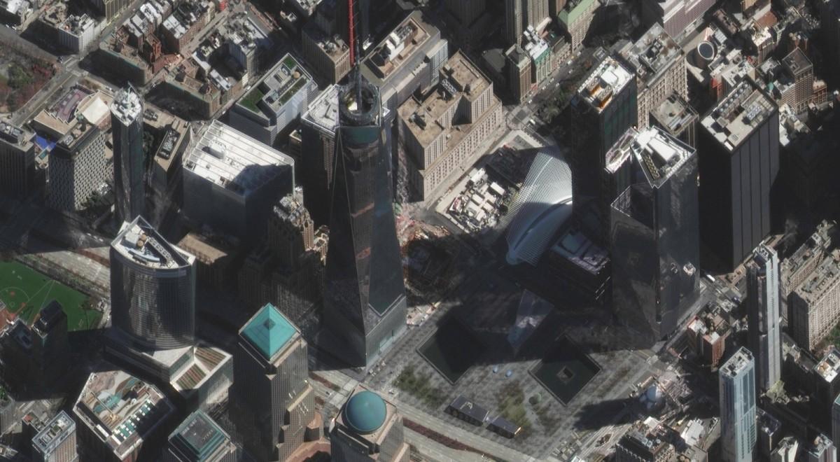 Zdjęcie satelitarne obszaru kompleksu World Trade Center z widocznym terenem, na którym znajdowały się bliźniacze wieże