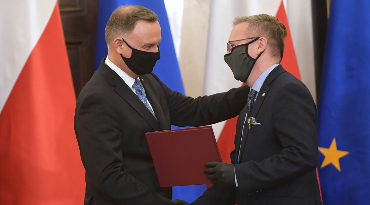 President Andrzej Duda (left) congratulates Krzysztof Szczerski on his new role as head of the International Policy Office.