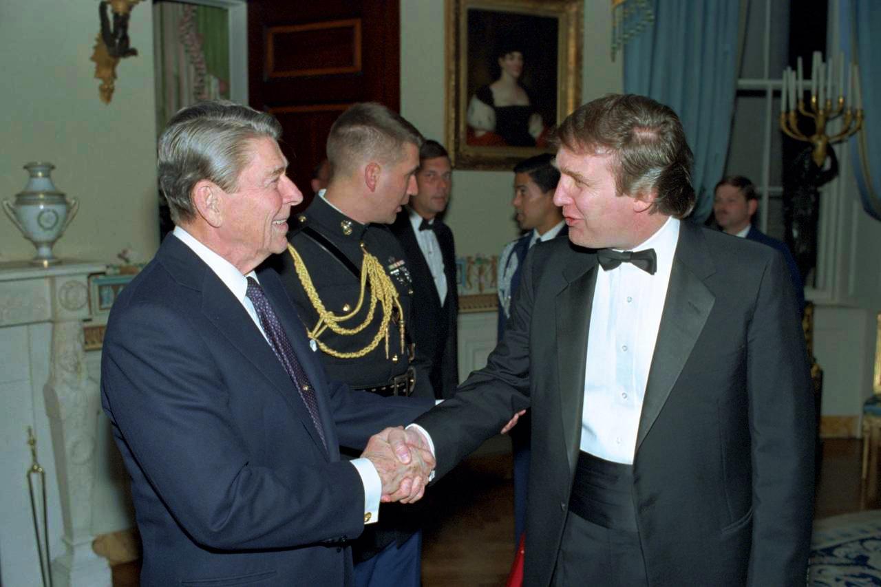 Donald Trump z prezydentem Ronaldem Reaganem w Białym Domu, rok 1987.
