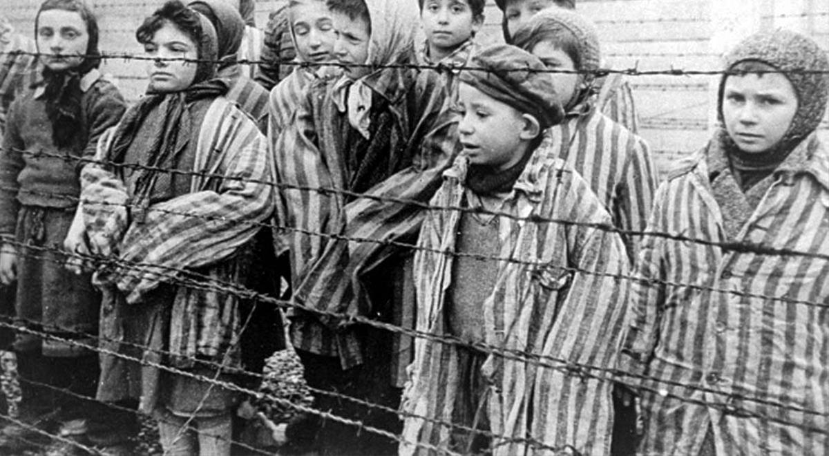 Dzieci w obozie koncentracyjnym. Kadr z filmu sowieckiego dokumentującego wyzwolenie obozu Auschwitz