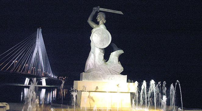 Pomnik warszawskiej Syrenki, wykonany ze spiżu przez Ludwikę Nitsch, której pozowała w latach 1936-1937 Krystyna Krahelska. Wikimedia Commonscc