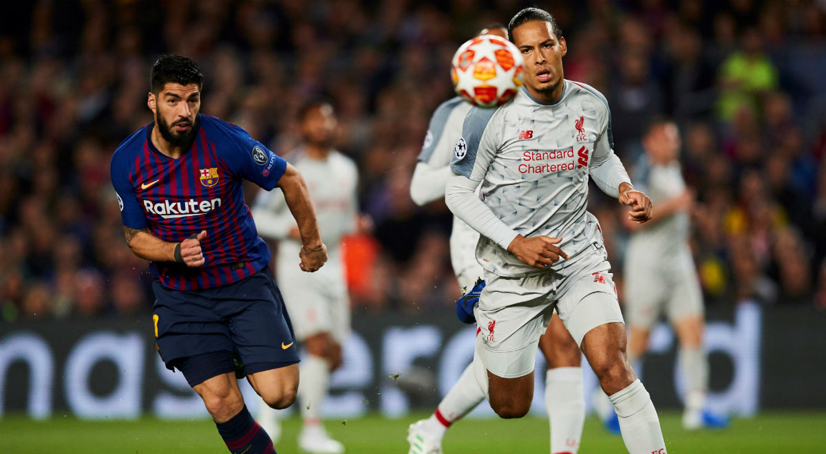 c6fb906ee Luis Suarez z Barcelony i Virgil Van Dijk z Liverpoolu podczas meczu 12  finału Ligi Mistrzów