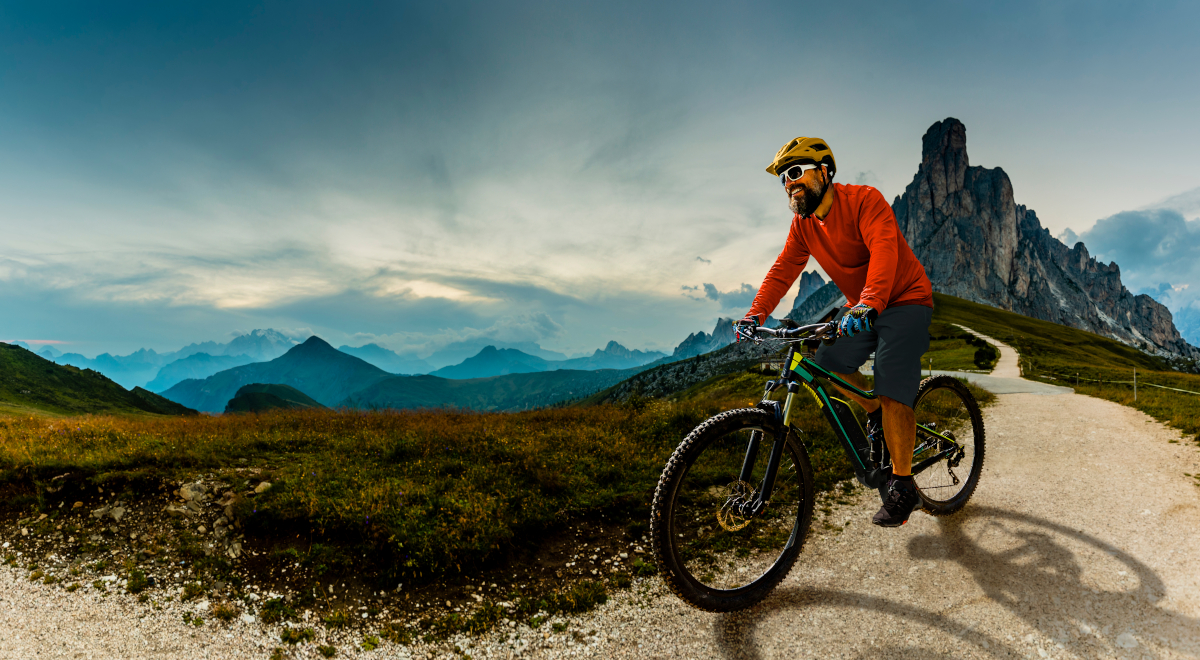 shutterstock rower elektryczny góry facet 1200.jpg