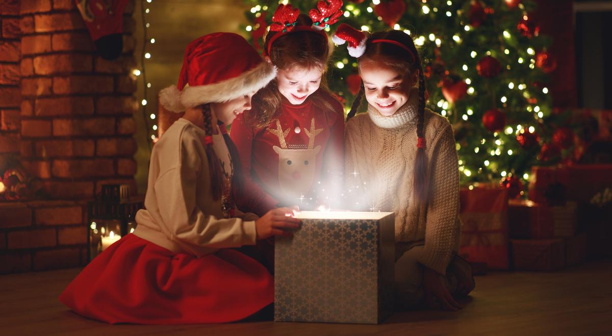 shutterstock_1556092727 święta dzieci prezenty christmas 1200.jpg