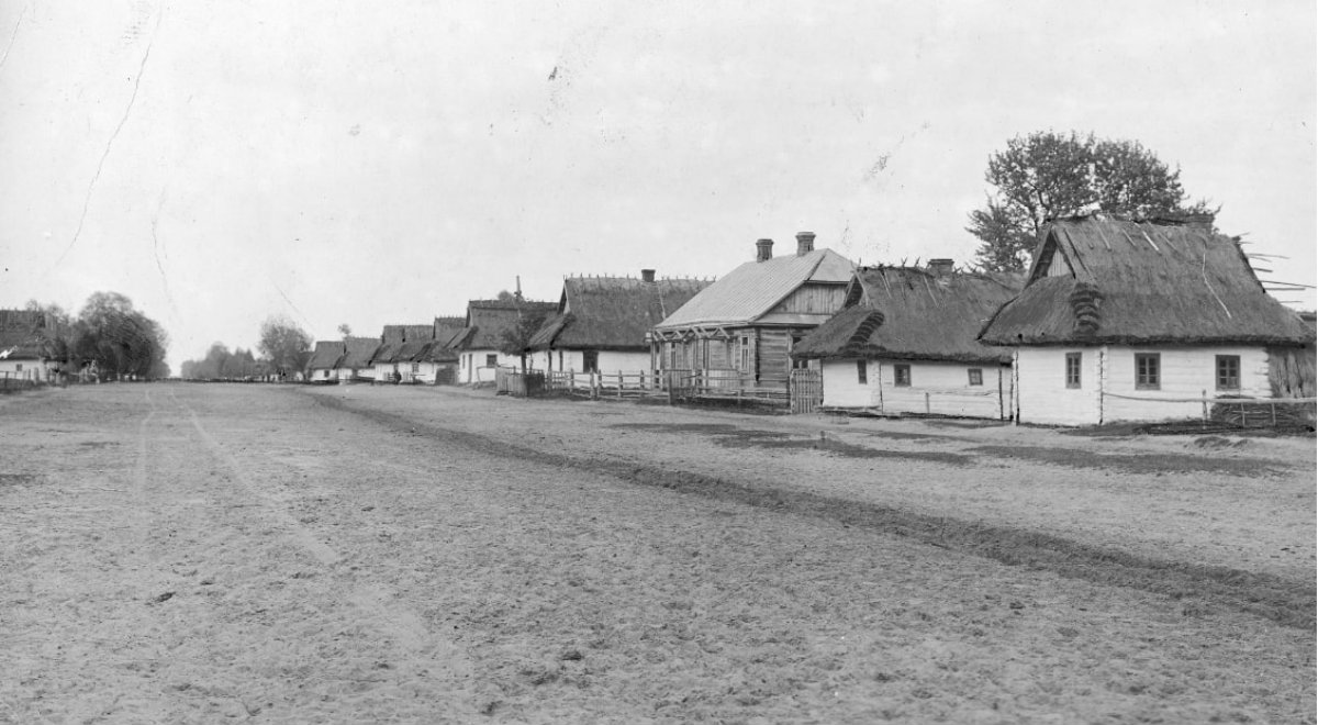 Typowa zabudowa wołyńskiej wsi w okresie międzywojennym. Na zdjęciu niezidentyfikowana miejscowość