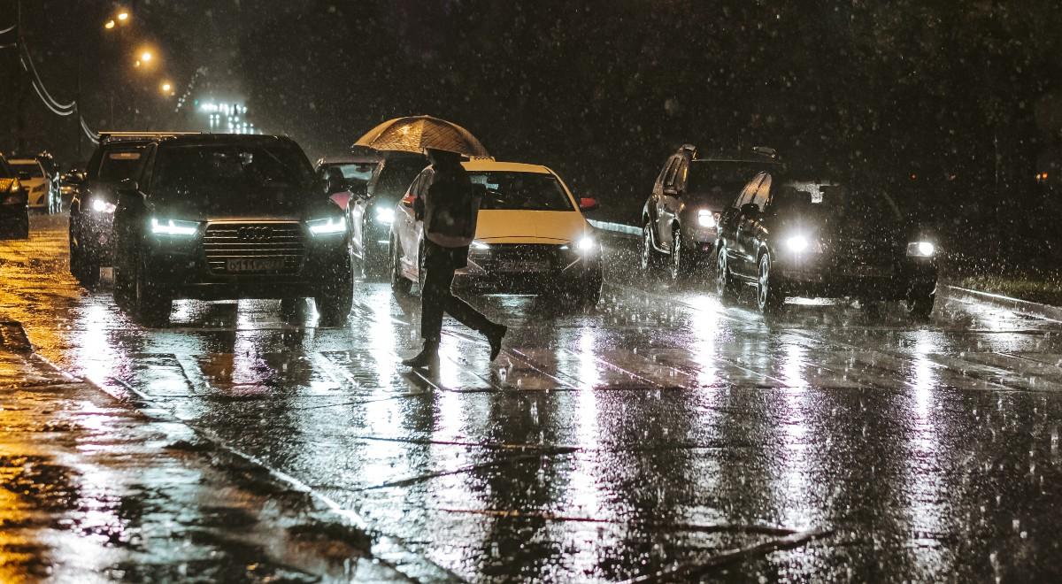 shutterstock_ deszcz noc burza ulewa jezdnia droga pieszy 1200 wieczór free (1).jpg