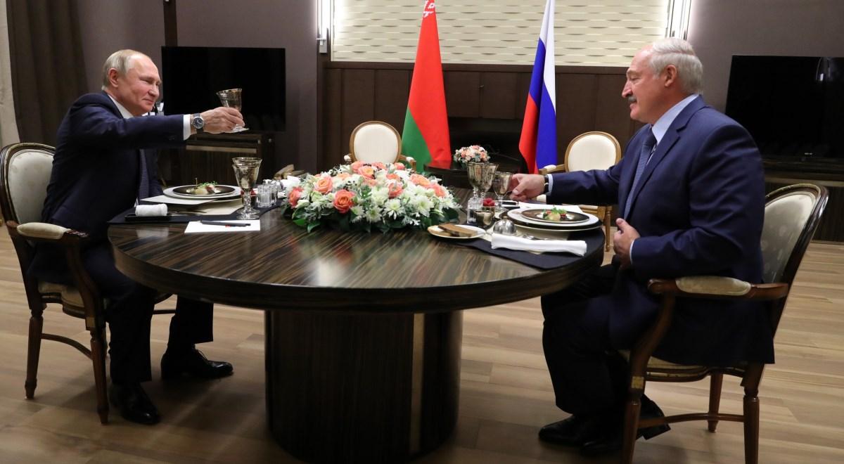 Spotkanie Aleksandra Łukaszenki i Władimira Putina w Soczi. Fot. PAP/EPA/MICHAEL KLIMENTYEV / SPUTNIK / KREMLIN POOL