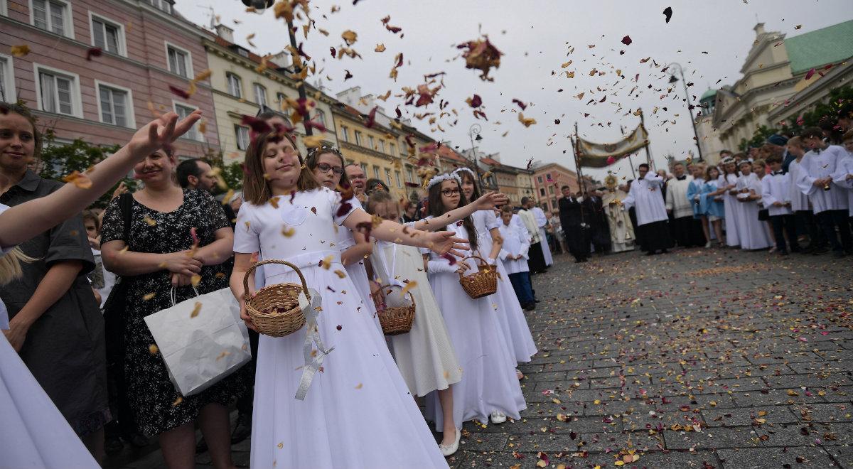Procesja podczas uroczystości Bożego Ciała w Warszawie