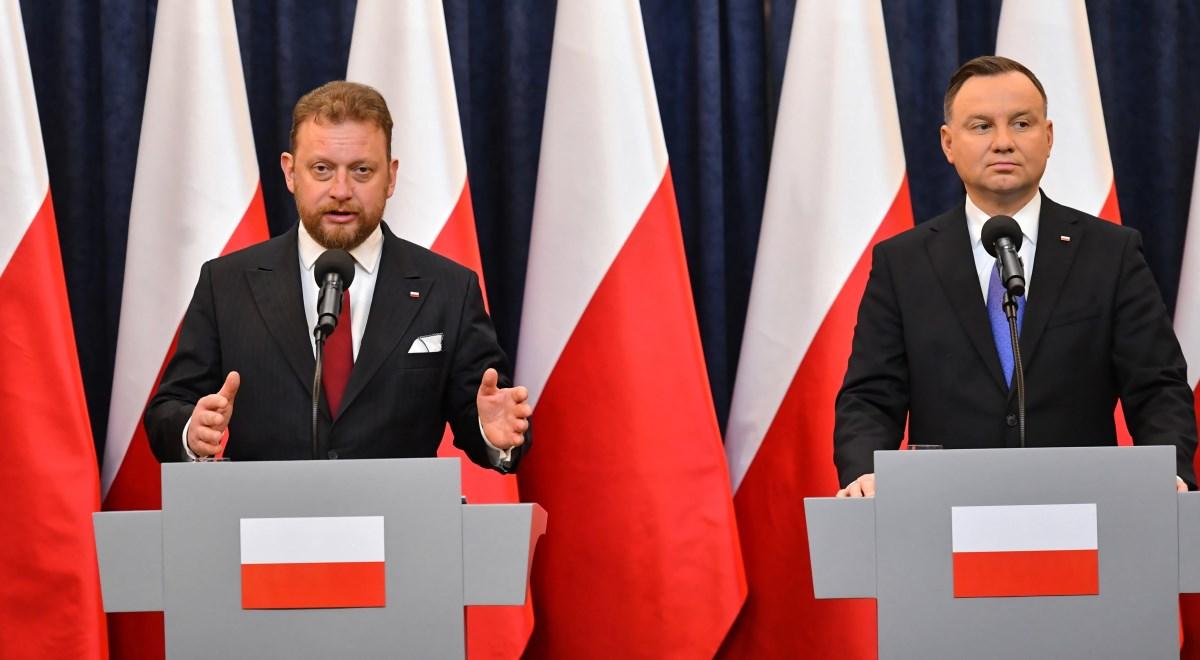 Prezydent Andrzej Duda (z prawej) i minister zdrowia Łukasz Szumowski podczas wspólnej konferencji prasowej w Pałacu Prezydenckim w Warszawie. Konferencja dotyczyła dodatkowego funduszu m.in. dla onkologii