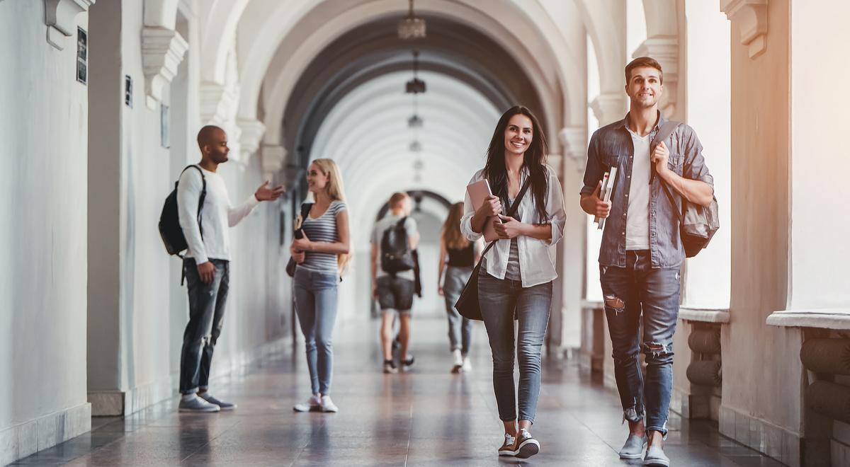 uczelnia studenci korytarz Shutterstock 1200.jpg