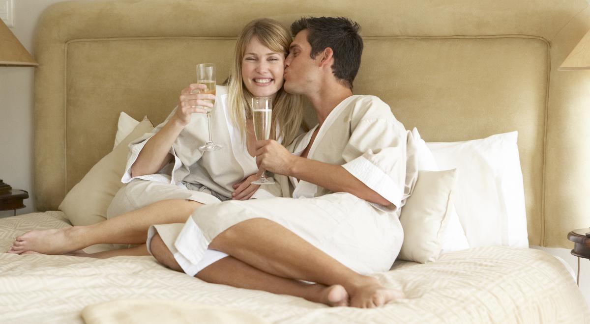жены с мужьями в спальне-фото приэтом