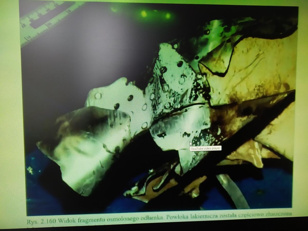 Докази вибухів на уламках літака президента Леха Качинського. Фото: Андрій Рибалт