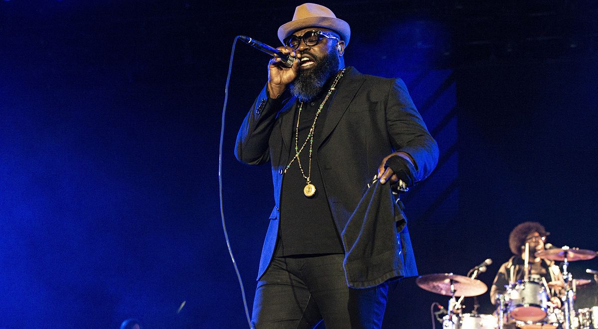 Black Thought na scenie z grupą The Roots