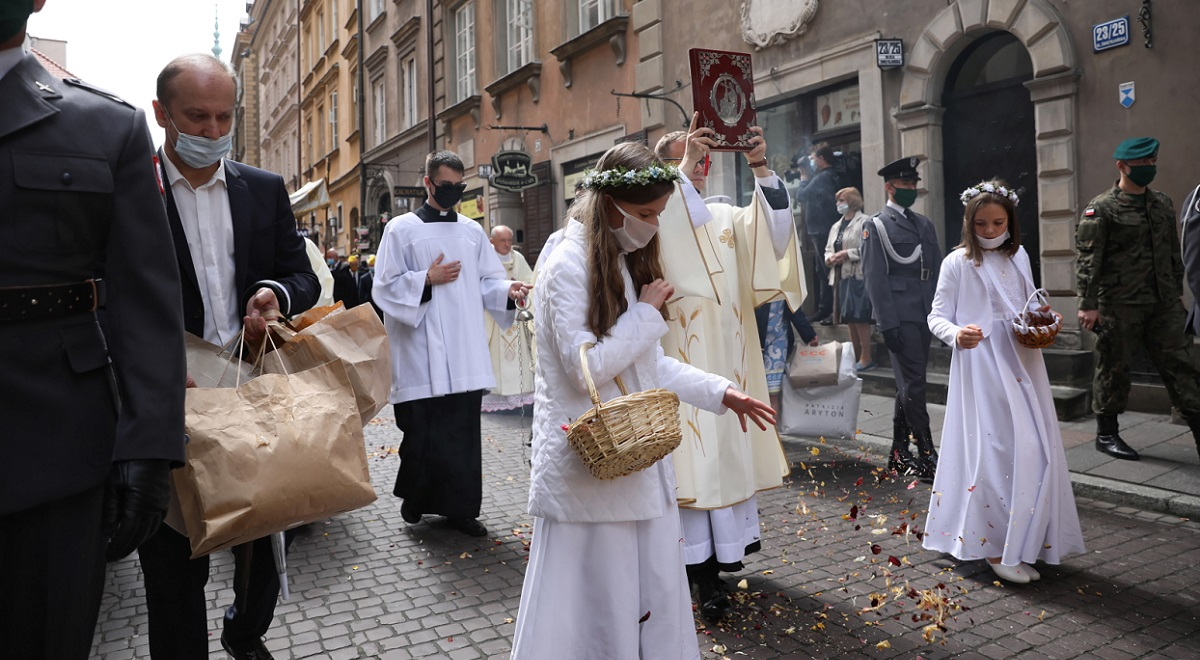 Girls strew the way with flower petals in a long-standing tradition during a Corpus Christi procession in Warsaw. Photo: PAP/Leszek Szymański