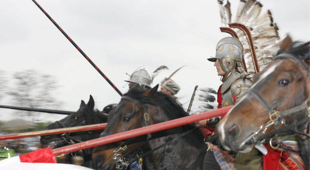 Pokazy rycerskie w wykonaniu grupy konnej dextarius odtwarzającej m in tradycje polskiej husarii