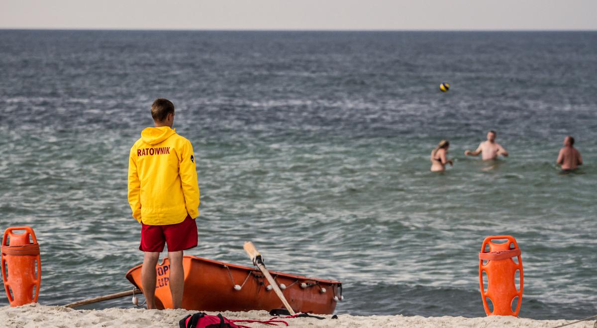 shutterstock_bałtyk woda ratownik plaża 1200.jpg