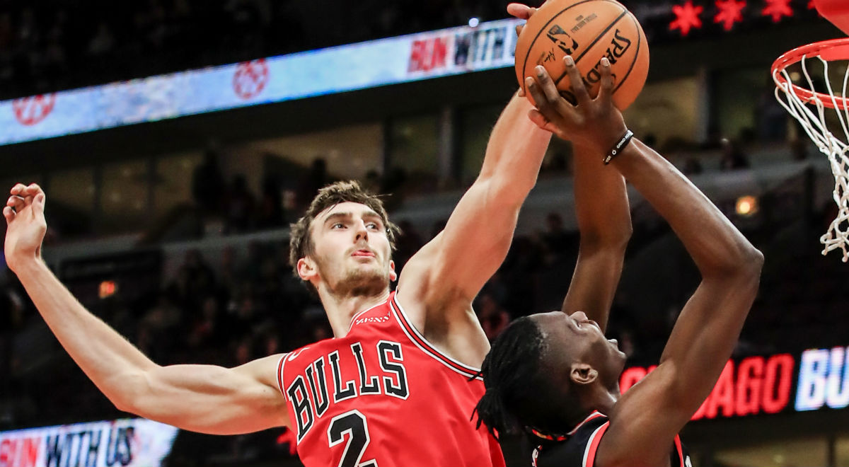 Luke Kornet (L) z Chicago Bulls i Chris Boucher z Toronto Raptors podczas meczu ligi NBA