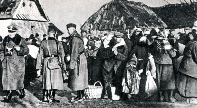 Polscy rolnicy wysiedlani z gospodarstw przez SS. Zamojszczyzna, grudzień 1942