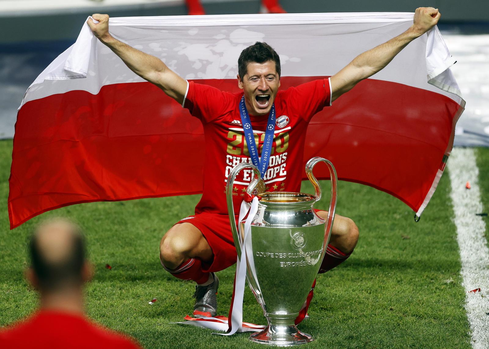 Bayern Munichs Robert Lewandowski celebrates with the trophy after winning the UEFA Champions League final between Paris Saint-Germain and Bayern Munich (1-0) in Lisbon, Portugal, 23 August 2020.