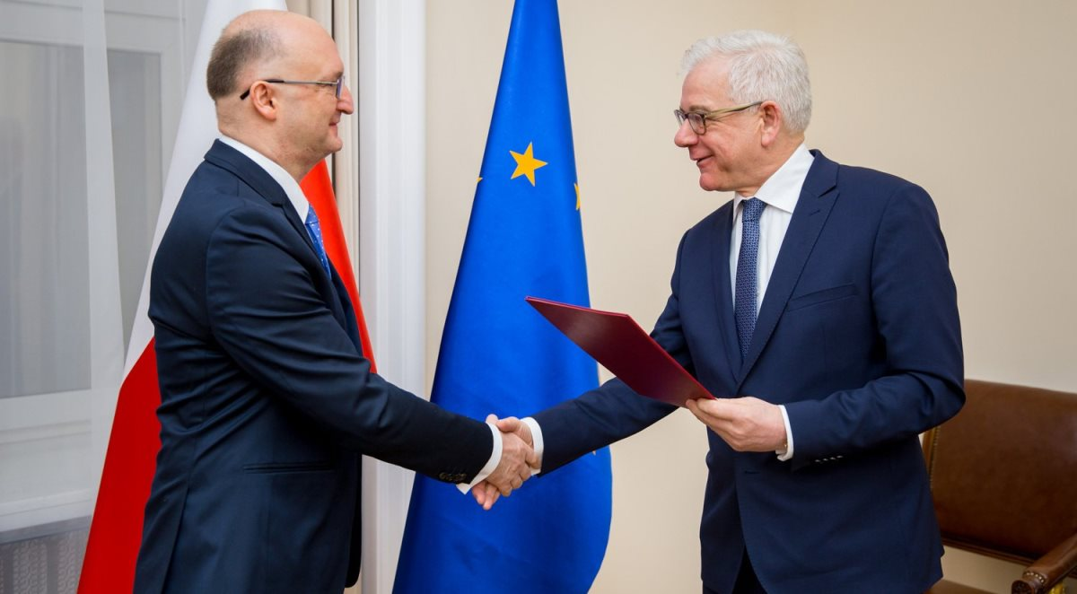 Minister Jacek Czaputowicz (z prawej) wręczył nominację Piotrowi Wawrzykowi na stanowisko wiceministra spraw zagranicznych